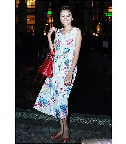 Nhiều người cảm thấy khó hiểu khi người đẹp Diễm Hương lại có thể dạo phố với một đôi dép lê khá quê mùa.