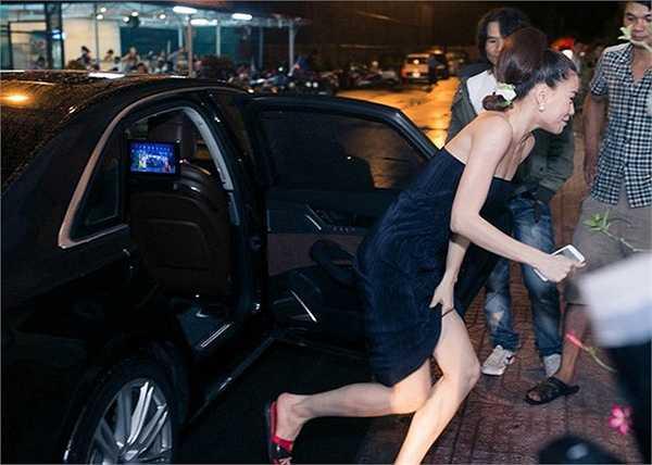 Hồ Ngọc Hà vừa bước ra khỏi xe hơi, liên chạy nhanh vào nơi khi hình bởi hình ảnh của cô lúc đấy khá buồn cười: Mặc váy hàng hiệu nhưng lại đi dép lê. Nguồn: Khám phá