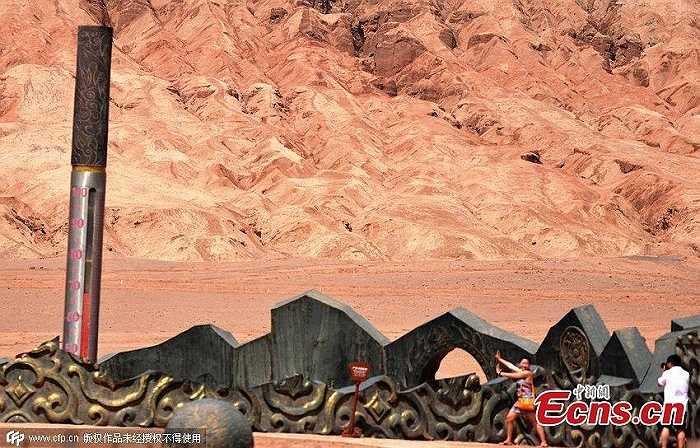 Là vùng đồi sa thạch có màu đỏ với khí hậu vô cùng đặc biệt, đất đai cằn cỗi nằm trong dãy Thiên Sơn thuộc Tân Cương, Trung Quốc, nhiệt độ mặt đất của Hỏa Diệm Sơn mới đo được trong ngày 14/6 là 68 độ C.