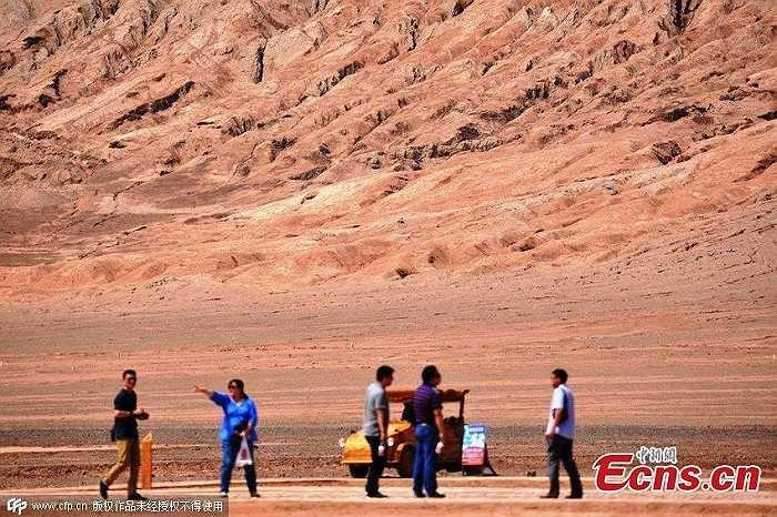 Bất chấp thời tiết cực kỳ nắng nóng, nhiều du khách vẫn chọn nơi đây làm điểm tham quan du lịch. Tính riêng hôm chủ nhật vừa qua, đã có hơn 3.000 du khách ghé Hỏa Diệm Sơn tham quan, chụp ảnh.