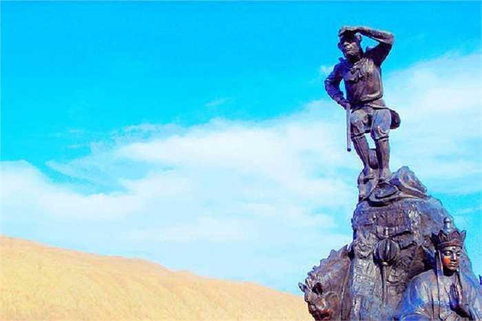 Bức tượng khổng lồ nhân vật Tôn Ngộ Không được dựng tại Hỏa Diệm Sơn. Trước khi con người đầu tiên đặt chân tới đây, Hỏa Diệm Sơn từng là chuỗi những núi lửa, hoạt động từ hơn 50 triệu năm trước.