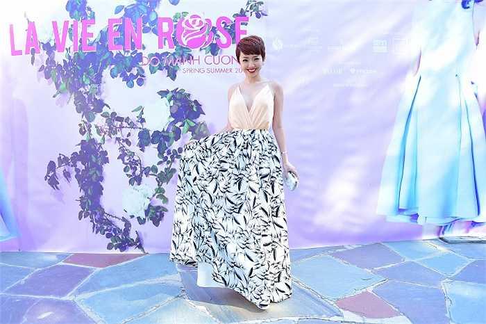Tóc Tiên diện một thiết kế sexy, đẹp mắt tham dự tuần lễ thời trang xuân hè 2015 với tên gọi La Vie En Rose của NTK Đỗ Mạnh Cường được tổ chức tại Mỹ.