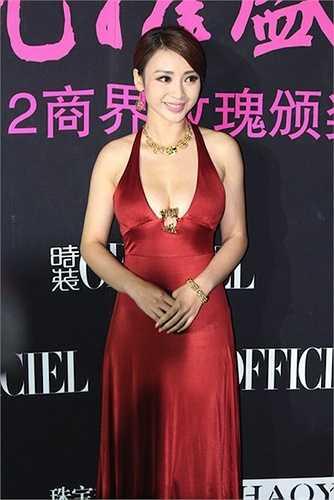 Liễu Nham khoe vòng 1 quyến rũ trong lễ kỷ niệm 12 ra mắt của tạp chí L'Officiel phiên bản Trung Quốc năm 2012.