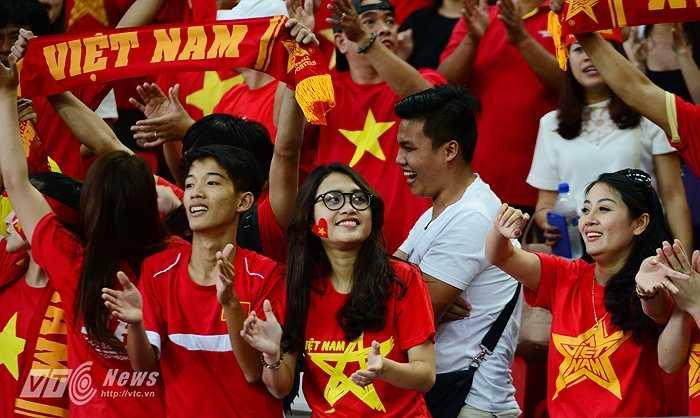 Các CĐV vui mừng khi U23 Việt Nam vùi dập U23 Indoneisa ở trận tranh HCĐ. (Ảnh: Hà Thành)