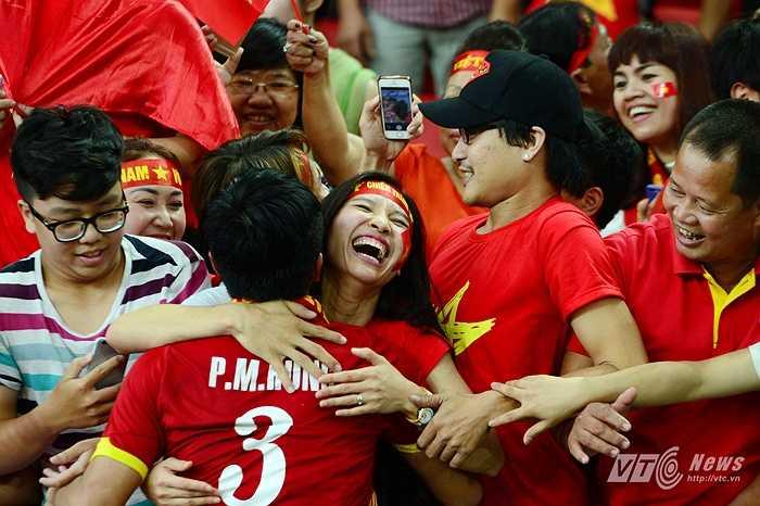 Niền vui này có thể giúp các cầu thủ phần nào quên đi thất bại trước đó trước U23 Myanmar. (Ảnh: Hà Thành)