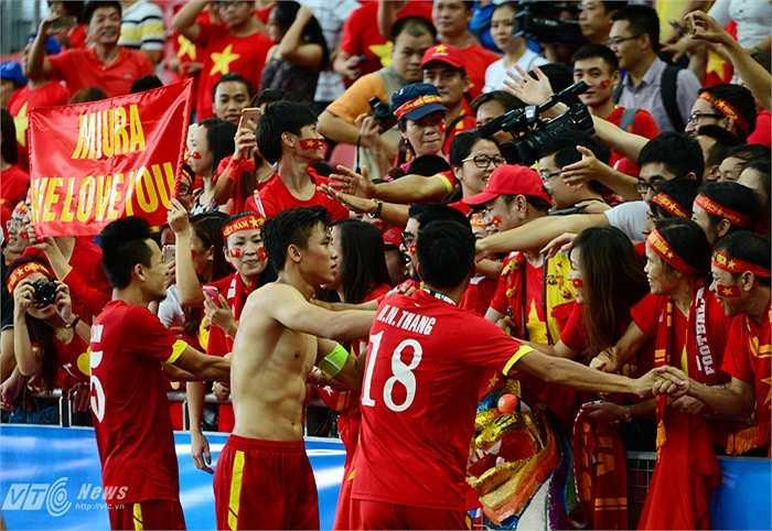 Đội trưởng Quế Ngọc Hải đứng dậy sau thất bại và đã cùng U23 Việt Nam giành HCĐ. Tan trận, anh cởi áo tặng CĐV Việt Nam. (Ảnh: Hà Thành)