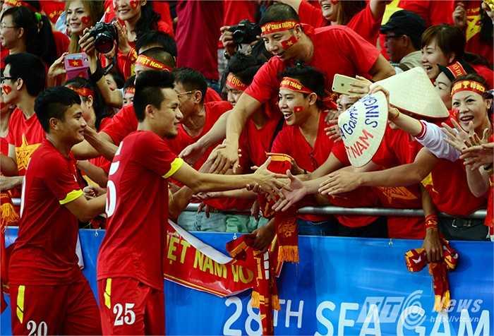 Võ Huy Toàn bắt tay cảm ơn CĐV nhà đã luôn bên cạnh U23 Việt Nam khi thắng cũng như khi thất bại. (Ảnh: Hà Thành)