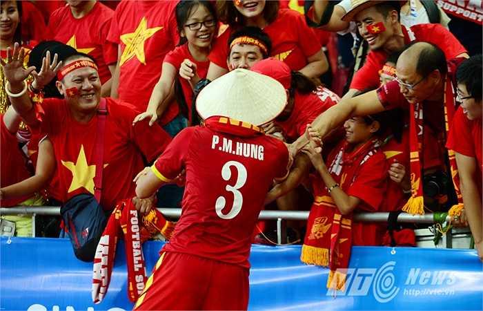 Mạnh Hùng nhận quà là một chiếc nón lá Việt Nam. (Ảnh: Hà Thành)