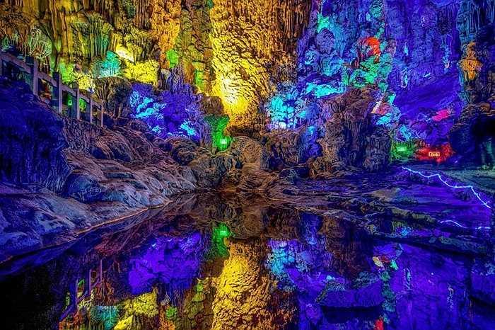Nhiếp ảnh gia Scott Graham đã ghi lại những hình ảnh tuyệt đẹp trong hang động  Reed Flute ở Quế Lâm (Trung Quốc)
