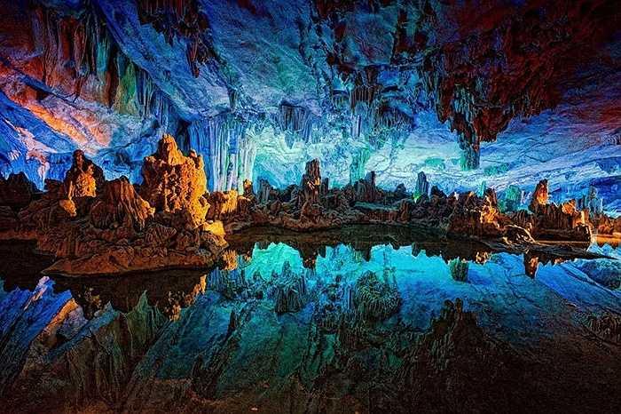 Điểm đặc biệt của hang động này là những khối thạch nhũ huyền ảo, nhiều màu sắc bên trong hang động.