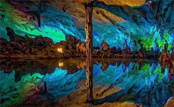 Các khối thạch nhũ với đủ hình dạng dưới tác động của đèn nhiều màu đã tạo nên bức tranh kỳ ảo. Tuy nhiên, việc chụp ảnh trong hang động đòi hỏi kỹ thuật chụp tốt