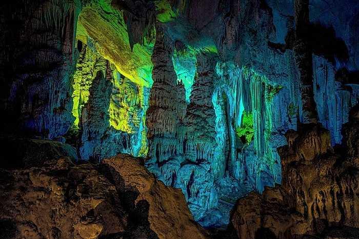 Hang động được hình thành cách đây hàng trăm triệu năm, ngày nay thu hút rất đông khách du lịch