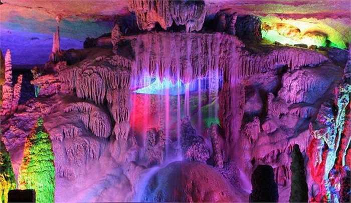 Khu hang động này đã được biết đến từ đời Đường nhưng sau đó không ai biết tới, mãi đến năm 1940 mới được tìm ra để khai thác du lịch