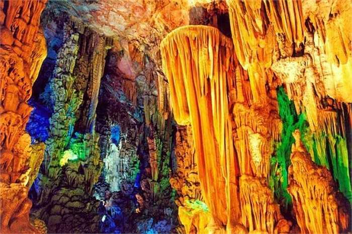Bên trong hang có những bút tích do các thi sĩ đời Đường để lại. Hang động dài 240m và đi theo lộ trình hình chữ U