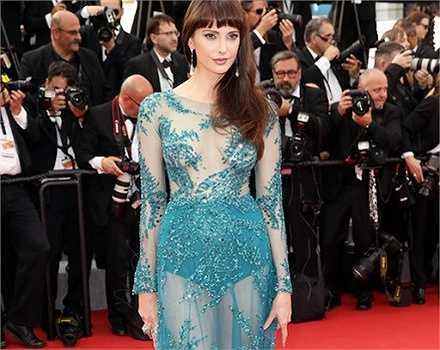 Mỹ nhân người Pháp Frederique Bel mặc chiếc váy màu xanh xuyên thấu, tố cáo cô không mặc nội y và để lộ hết phần gợi cảm của cơ thể. Cô nàng khiến mọi người cùng tham gia lễ khai mạc LHP Cannes phải tròn mắt vì sự táo bạo của mình.
