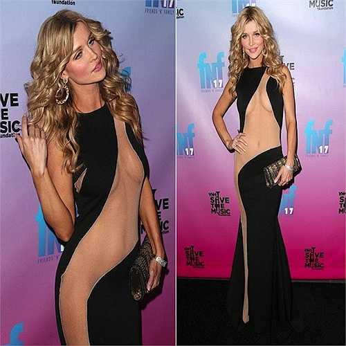 Joanna Krupa – ngôi sao của Real Housewives – gần như nude trên thảm đỏ Pre-Grammy 2014.
