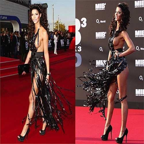 Micaela Schaefer được nhắc đến nhiều nhất trong buổi chiếu Men in black 3 vì chiếc váy giống như được làm từ những dải băng cát-xét.