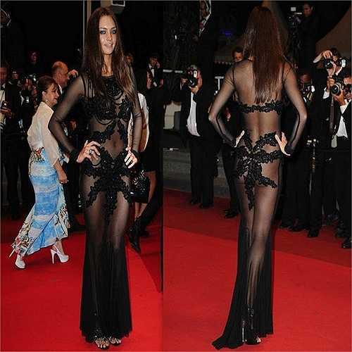 Candice Boucher lộ da thịt phản cảm trên thảm đỏ LHP Cannes.
