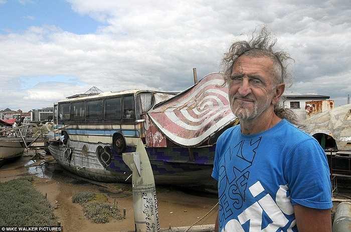 Nghệ sĩ Hamish McKenzie đứng bên chiếc thuyền  có hình thù độc đáo bên bờ sông Adur, Shoreham, West Sussex, miền nam nước Anh