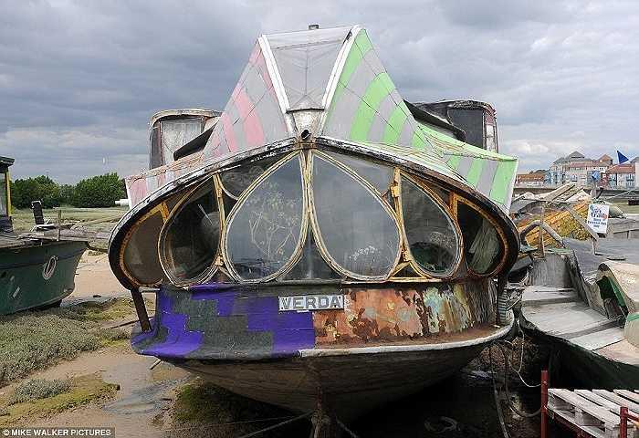 Có khoảng 38 chiếc thuyền hình thù kỳ dị trở thành tác phẩm nghệ thuật được đặt dọc bờ sông Adur