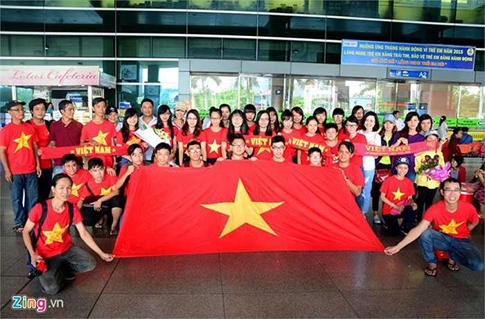Từ đầu giờ chiều 16/6, nhiều người hâm mộ đã tập trung tại sảnh ga quốc tế sân bay Tân Sơn Nhất để đón các cầu thủ U23 Việt Nam.