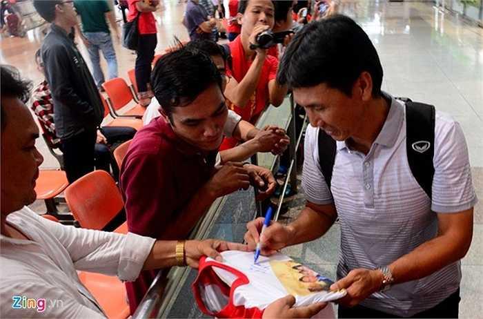 Lúc 15h30 ngày 16/6, các thành viên của đội U23 Việt Nam có mặt ở sân bay Tân Sơn Nhất sau khi kết thúc hành trình SEA Games 28 với tấm HCĐ. Người ra sảnh sân bay đầu tiên là trợ lý HLV Trần Công Minh.
