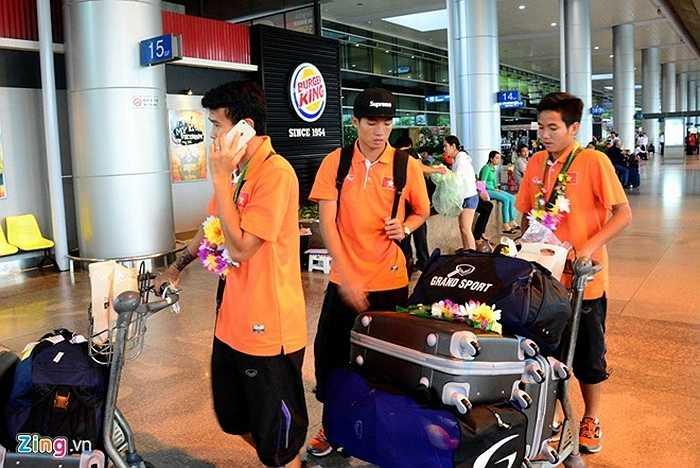 Thanh Hiền cùng một số cầu thủ khác rời ga.