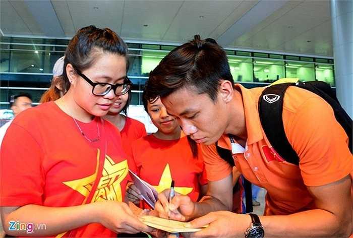 Người hâm mộ chờ nhận chữ ký của thủ quân U23 Việt Nam Quế Ngọc Hải.