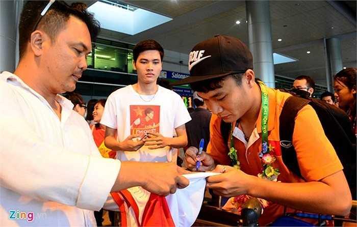 Trần Phi Sơn cũng ký mỏi tay khi vừa ra cửa ga sân bay. Anh cho biết sẽ qua ga trong nước làm thủ tục để bay về Vinh trong buổi chiều hôm nay.