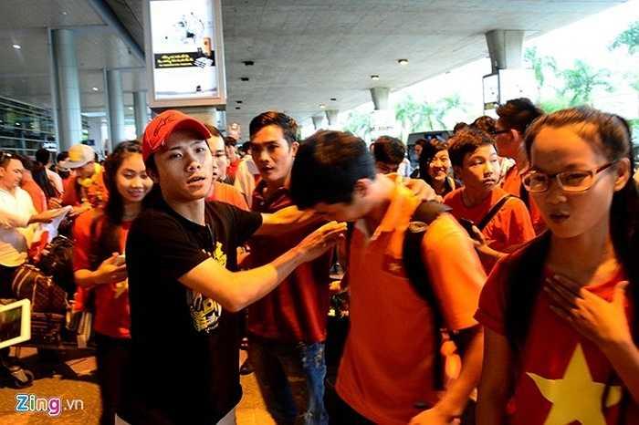 Sau khi chụp hình cùng các CĐV, Công Phượng vội vã rời sân ga nhằm 'thoát' người hâm mộ.