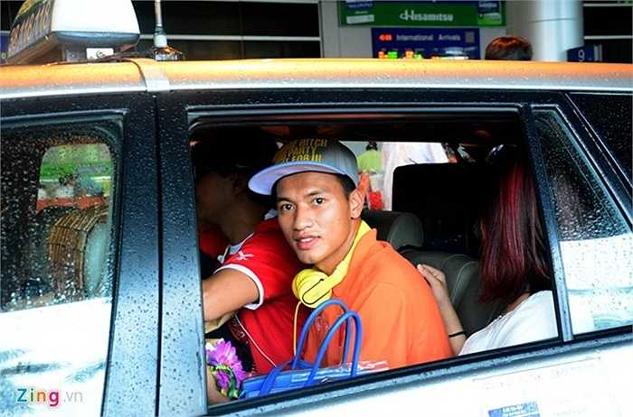 Ngọc Thắng bắt taxi rời sân bay cùng bạn (Nguồn: Zing)