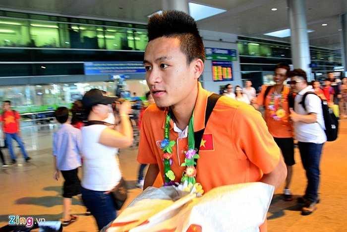 Huy Toàn là cầu thủ xuất hiện đầu tiên ở cửa ra sân bay.