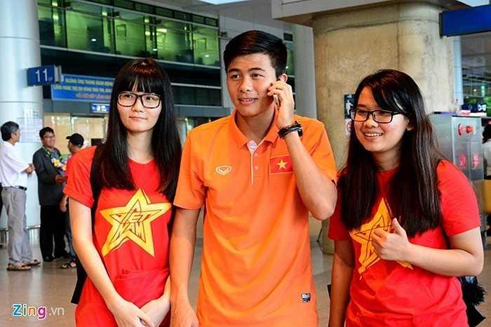 Ra đến sảnh sân bay, Mạnh Hùng chụp ảnh với người hâm mộ và điện báo cho người thân.