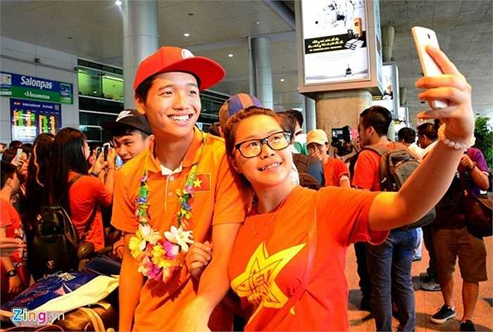 Thủ môn Phí Minh Long cười tươi chụp ảnh cùng nữ CĐV.