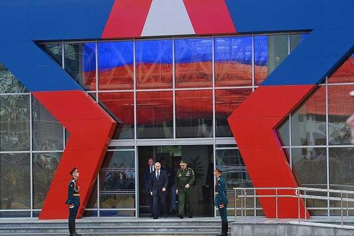 Tổng thống Nga Vladimir Putin và Bộ trưởng quốc phòng Nga Sergei Shoigu đến tham dự triển lãm