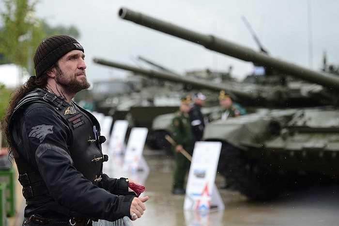Thủ lĩnh phi đội 'Sói đêm' Alexander Zaldostanov cũng tham dự buổi lễ khai mạc triển lãm