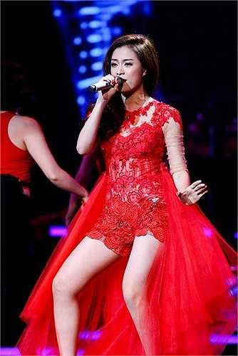 Hoàng Thùy Linh có loạt váy ngắn vô cùng bắt mắt trên sân khấu ca nhạc. Không kể đến những bộ jumpsuit quyến rũ, nữ ca sĩ khiến nhiều người mê say vì thời trang trình diễn.