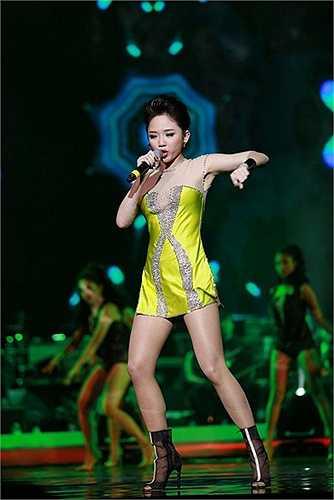 Một chiếc váy quây màu neon nổi bật của Tóc Tiên giúp nữ ca sĩ khoe trọn cặp chân thon dài.