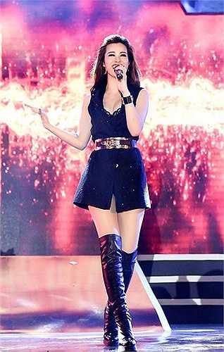 Nữ ca sĩ 27 tuổi thường xuyên chọn váy ngắn, body suit với kiểu dáng trẻ trung.