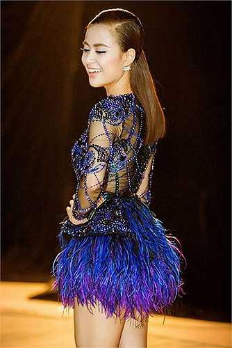 ận cảnh chiếc váy xanh coban với kết hợp tua rua và lớp vải xuyên thấu được ráp nối công phu.