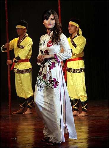 Nữ sinh đại học FPT dịu dàng trong tà áo dài truyền thống