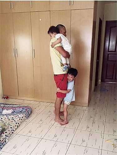Hai cậu nhóc quấn chân Khải Anh.