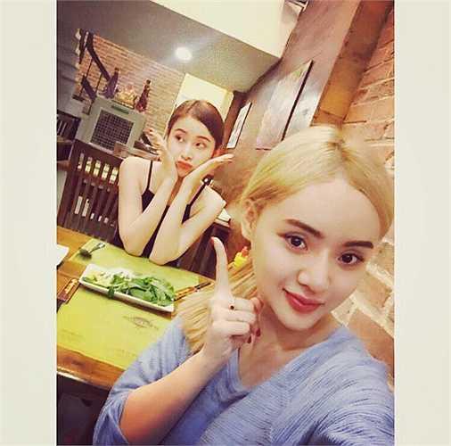 Hai chị em Angela Phương Trinh, Phương Trang nhí nhảnh chụp hình khi đi ăn cùng nhau.