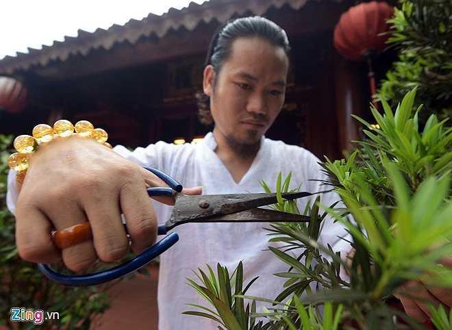 Theo chia sẻ của nghệ sĩ hài, ngôi nhà 5 gian được dựng nguyên mẫu theo lối kiến trúc cổ của quan nghè Nguyễn Quý Tân, do các nghệ nhân Hải Dương thực hiện.