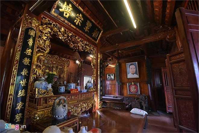 Toàn bộ công trình được làm bằng gỗ, trong đó có những loại gỗ quý như gỗ lim, gỗ cẩm lai và gỗ sến. Riêng chiếc sập phía trước gian thờ được làm bằng gỗ mít rừng có giá trị khoảng 300 triệu đồng.