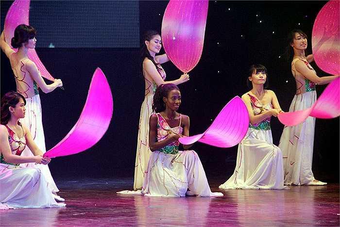 Gyimah Akua Attaa là du học sinh đến từ Ghana xuất hiện trong đêm chung kết cuộc thi Hoa khôi sinh viên Đại học FPT