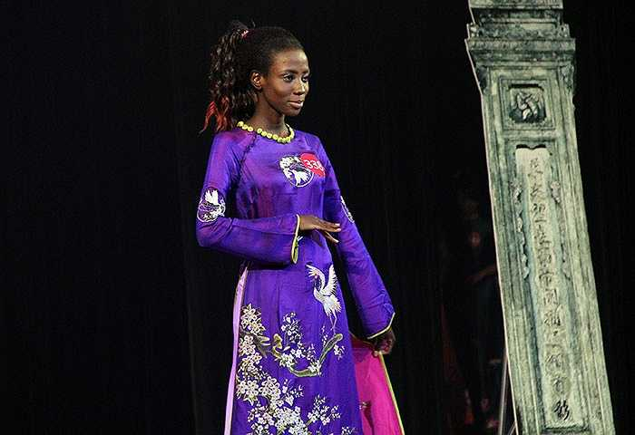 Cô gái này cũng rất tự tin khi mặc bộ áo dài truyền thống của Việt Nam