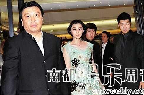 Mục Hiểu Đồng vốn là một đại gia người Đài Loan. Chính ông đã đưa Phạm Băng Băng ra khỏi công ty Hoa Nghị và giúp cô thành lập công ty sản xuất điện ảnh riêng. Với thế mạnh về tài chính, Mục Hiểu Đồng đã giúp Phạm Băng Băng trở thành ngôi sao giải trí hàng đầu của Trung Quốc.