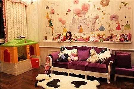 Căn phòng của Bảo Tiên được trang trí hệt như thế giới công chúa thu nhỏ với rất nhiều búp bê, đồ chơi...
