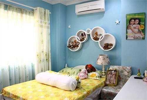 Con gái cưng của Hiền Thục lại sở hữu một căn phòng được trang trí bởi hai gam màu chủ đạo là trắng và xanh. Trong phòng có rất nhiều hình ảnh của hai mẹ con.